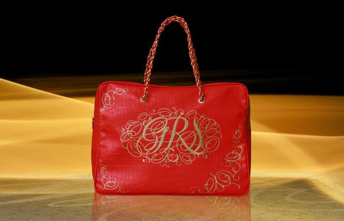 черная сумка с красной отделкой.
